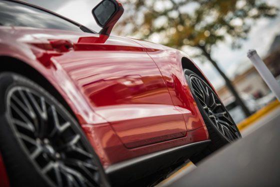 prawy-bok-czerwonego-samochodu-motoryzacja-transfero-eu